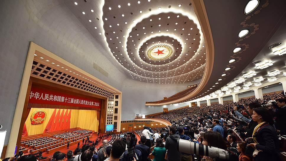 КНР не является сырьевой экономикой, обладает продвинутой и сильной экономикой, да и параллели с СССР едва ли уместны. Но все не так просто