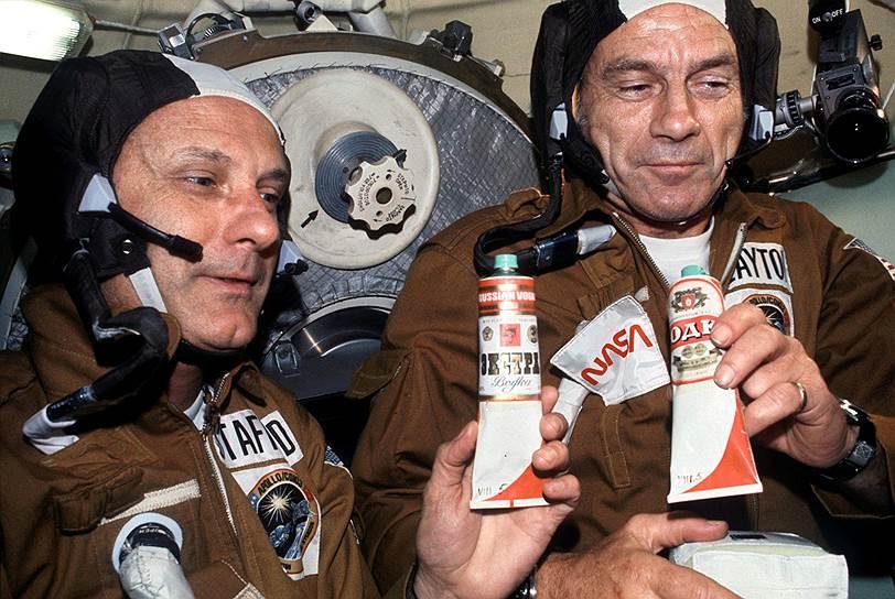 Во время совместного полета «Союз» — «Аполлон» американские астронавты чокались на орбите русской водкой