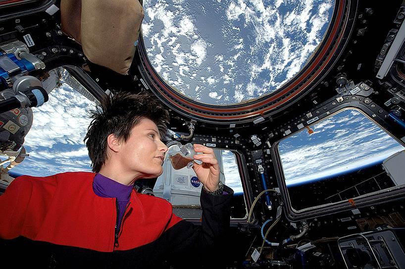 Ничто не мешает астронавту Саманте Кристофоретти насладиться кофе, хотя бы и в невесомости