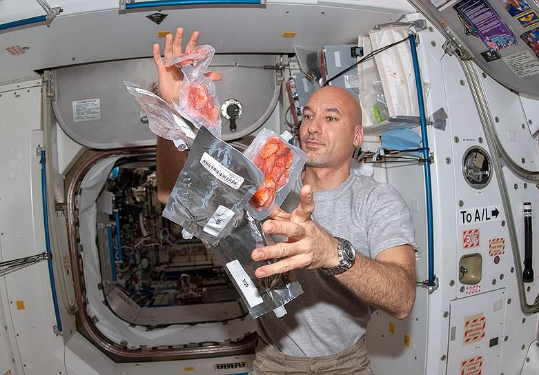 Астронавт Лука Пармитано получил с Земли послание от «звездного» повара Тьерри Маркса. Звездного — в буквальном смысле слова, он — обладатель двух звезд Мишлен