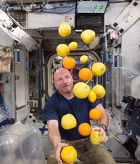 Жонглировать фруктами в невесомости может каждый. Что и демонстрирует астронавт Скот Келли