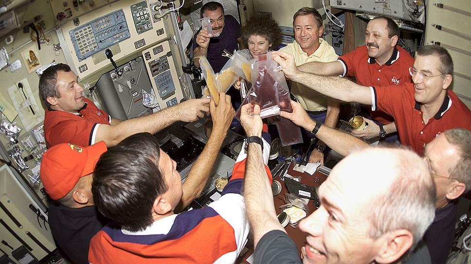 Это тост на орбите 2001 года. С тех пор космическое меню сильно изменилось