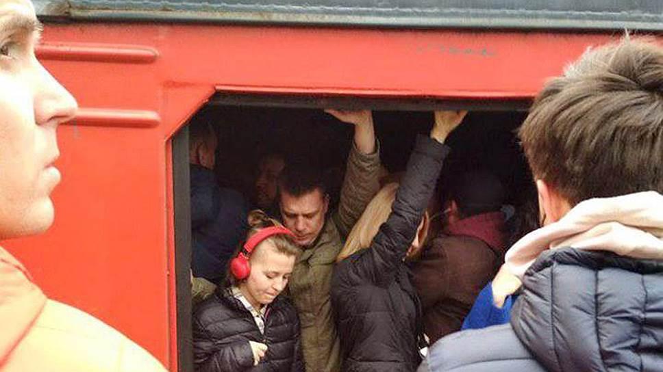 В электричках, бесплатно перевозивших пассажиров по маршруту в дни закрытия станций, было тесно