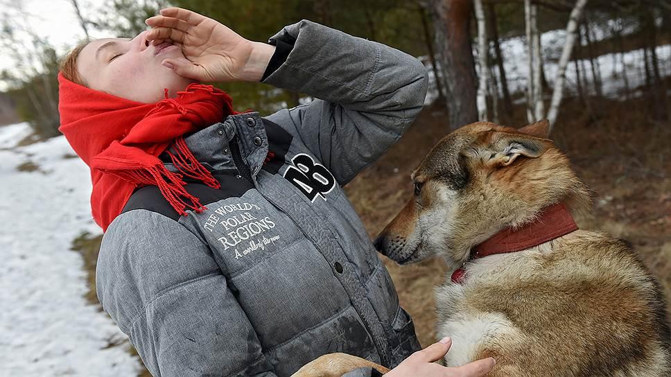 Влчаки поселковым собакам отвечают на одном диалекте, а волкам что-то сообщают на другом, может, переводчиками выступают?