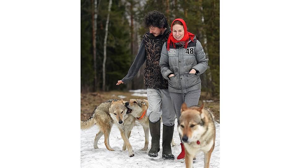 Каждый день Ярослав и Настя гуляют с влчаками, которые внешне очень напоминают волков