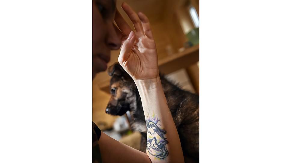 Татуировку — девушка и волк — Анастасия сделала задолго до того, как открыла приют