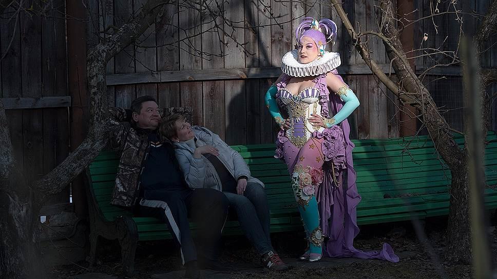 Косплейер Зоя Вольф (справа) в костюме во время  фотопроекта