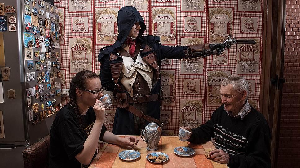Косплейер Антон Миронов (в центре) в образе во время фотопректа