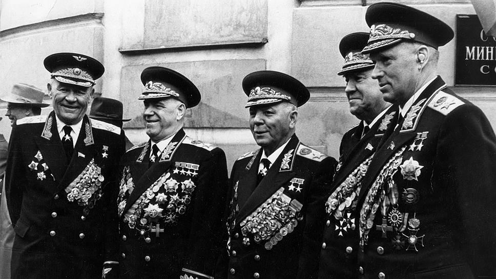 Первый среди равных. Маршалы Советского Союза. Слева направо: М.В. Захаров, Г.К. Жуков, К.Е. Ворошилов, К.А. Вершинин, К.К. Рокоссовский. 1950-е