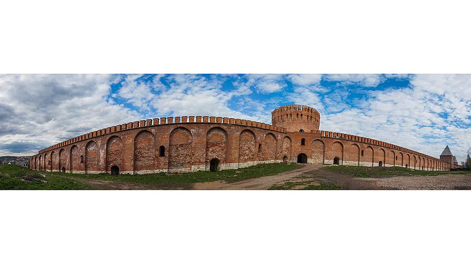 За четыре века Смоленская крепость не раз вступала в бой и изрядно пострадала: от 6,5 километра стен осталось 3,3, от 38 башен — 18. Но и это производит сильное впечатление