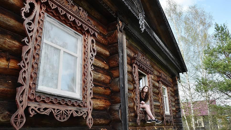 Василий — талантливый зодчий. Наличники — его работа. В окне — приемная дочка Елены и Василия Саша
