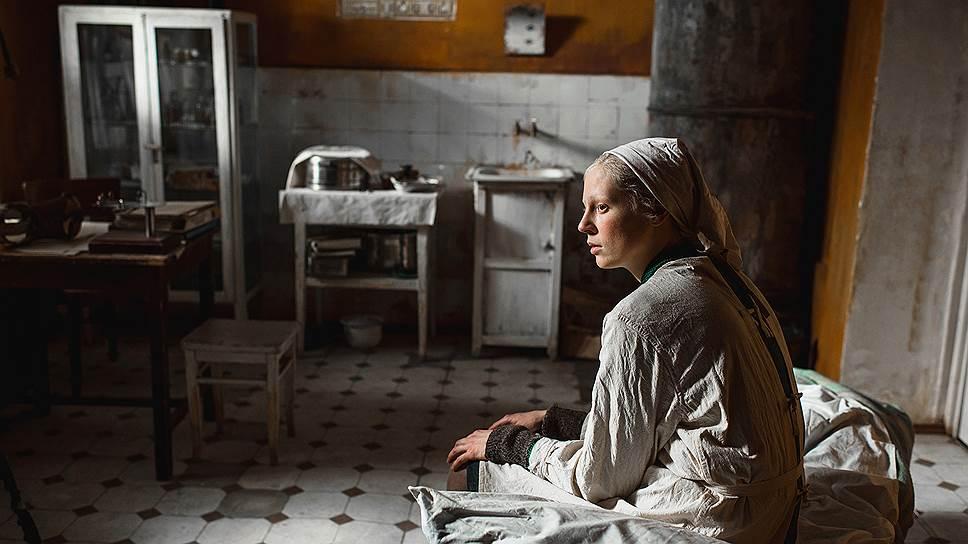Ия по прозвищу Дылда (Виктория Мирошниченко) после контузии работает медсестрой в госпитале