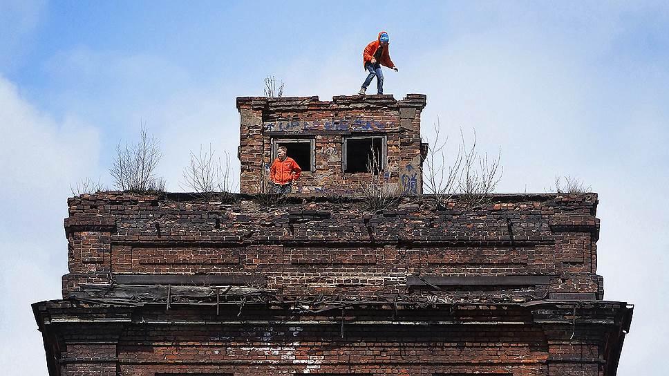 Старый разрушенный дом в Санкт-Петербурге. Спасать его никто не торопится: пока что он интересен только любителям острых ощущений