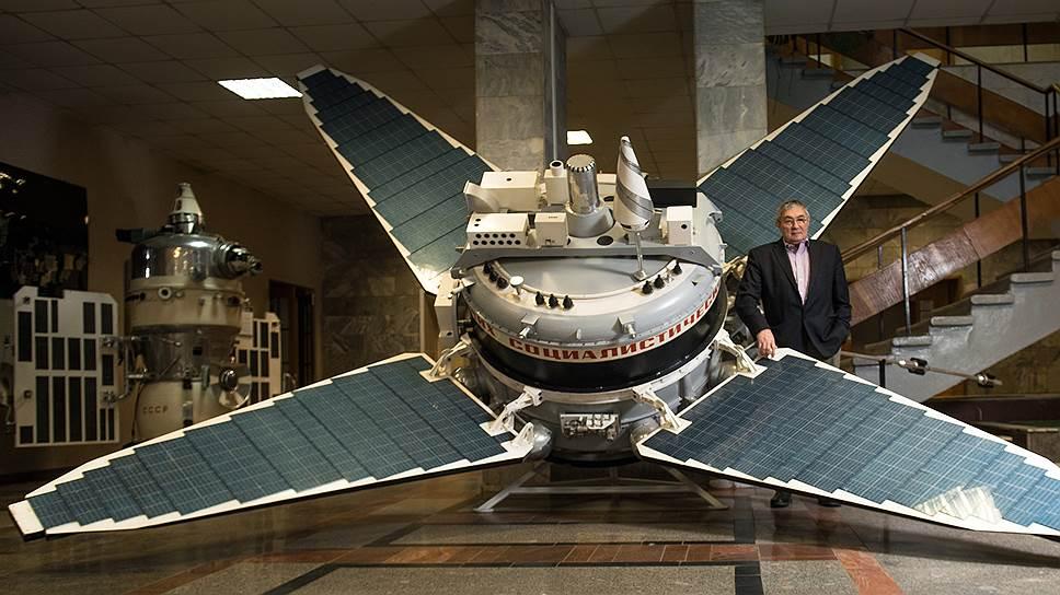 Академик Лев Зелёный рядом с космическим аппаратом «Прогноз». Такие спутники были частью проекта «Интербол»