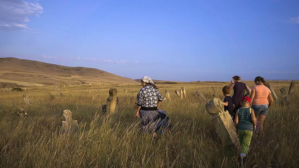 Семья посещает старинное молоканское кладбище в азербайджанском селе Хильмилли. Женщина, подошедшая к надгробию,— единственная из семьи, кто по-прежнему живет в родном селе. Родственники из России приезжают к ней на праздники и каникулы