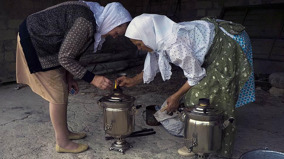 Самовар по случаю праздничного чаепития. На праздники принято надевать что-то белое, например платок