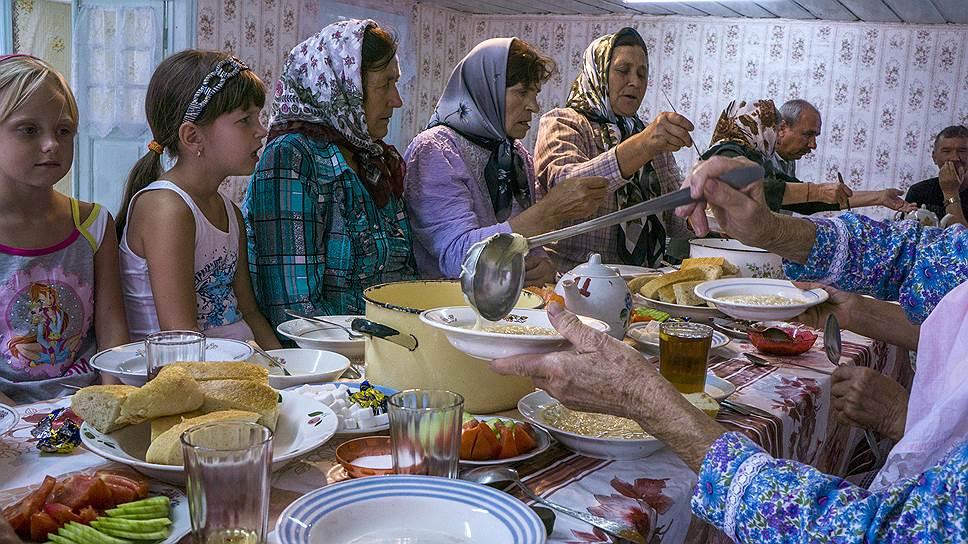 Главное угощение на праздничном собрании — традиционная молоканская лапша на мясном бульоне. Пока подают новое блюдо (на смену лапше приходят долма и голубцы), молокане поют псалмы