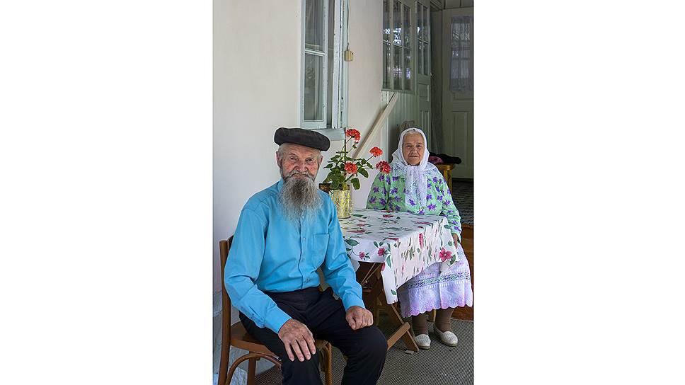 Анастасия и Василий Козловцевы вместе более 60 лет. «Вот мы побранимся, осерчаем, но никогда не было, чтобы мы больше двух часов не разговаривали. Даже по молодости»,— говорит Анастасия Тимофеевна