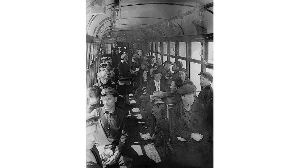 Трамвай, везущий рабочих на завод без толкотни, вызвал сомнения в правдивости съемки