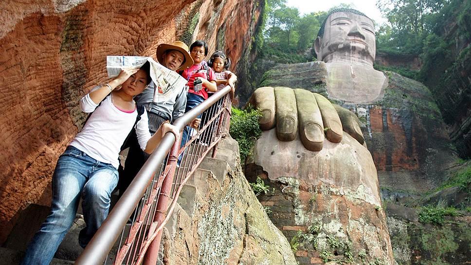Гигантская статуя Будды в Лэшане, высеченная в скале Эмэйшань в 713–803 годах, имеет статус памятника Всемирного наследия ЮНЕСКО. Скульптура высотой 71 метр находится в месте слияния рек Миньцзян, Даду и Цинги