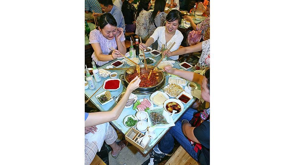 От остроты блюд перехватывает дыхание и немеет язык: более горячий прием сложно даже представить. Сычуаньская кухня, одна из наиболее разнообразных и острых в Китае,—визитная карточка региона