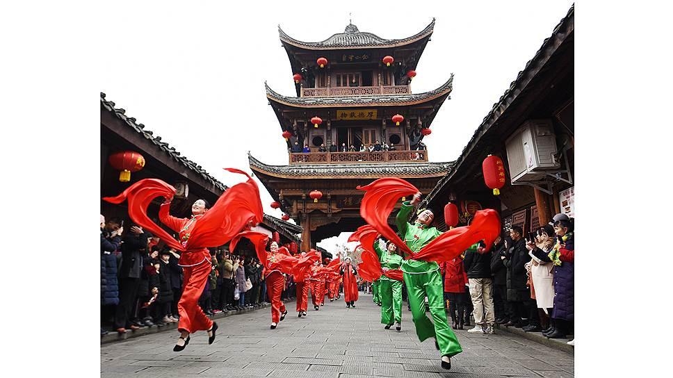 Древние улицы китайских городов часто становятся декорациями для разных костюмированных представлений
