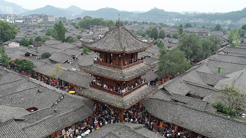 Город Ланчжун считают родиной фэн-шуя: он построен в соответствии с основными принципами даосской практики организации пространства. Город с четырех сторон окружен горами, а с трех сторон — рекой. Улицы пересекаются под прямым углом, большинство старинных домов обращены на север