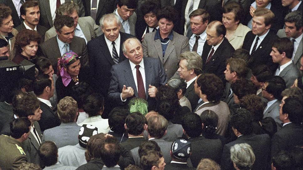 Власть пошла в народ и не вернулась… Генсек Михаил Горбачев в перерыве между заседаниями I Съезда народных депутатов СССР