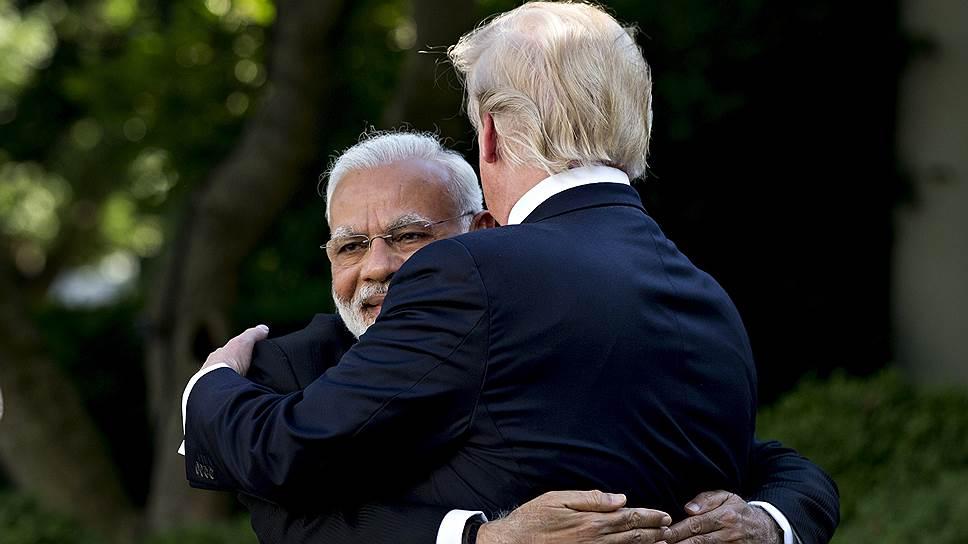 Всего два года назад Дональд Трамп обнимал Нарендру Моди при встрече, а теперь (заочно, правда), душит торговыми санкциями