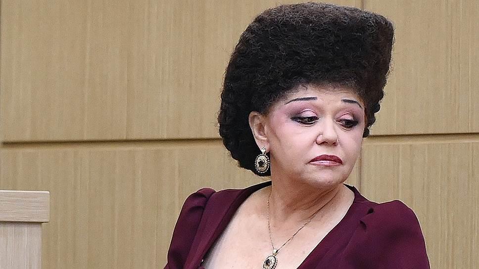 Сенатор Валентина Петренко верхнюю палату парламента покинула, но о ее новациях в дресс-коде вспоминают до сих пор