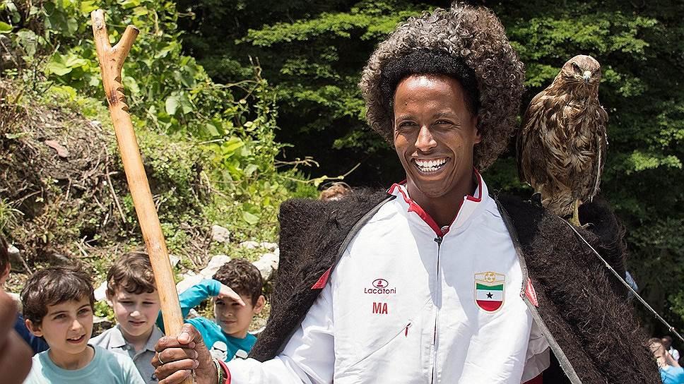 Игроки сборной Сомалиленда на озере Рица не удержались от фото в национальной одежде и с абхазским флагом. Свой тоже не забыли