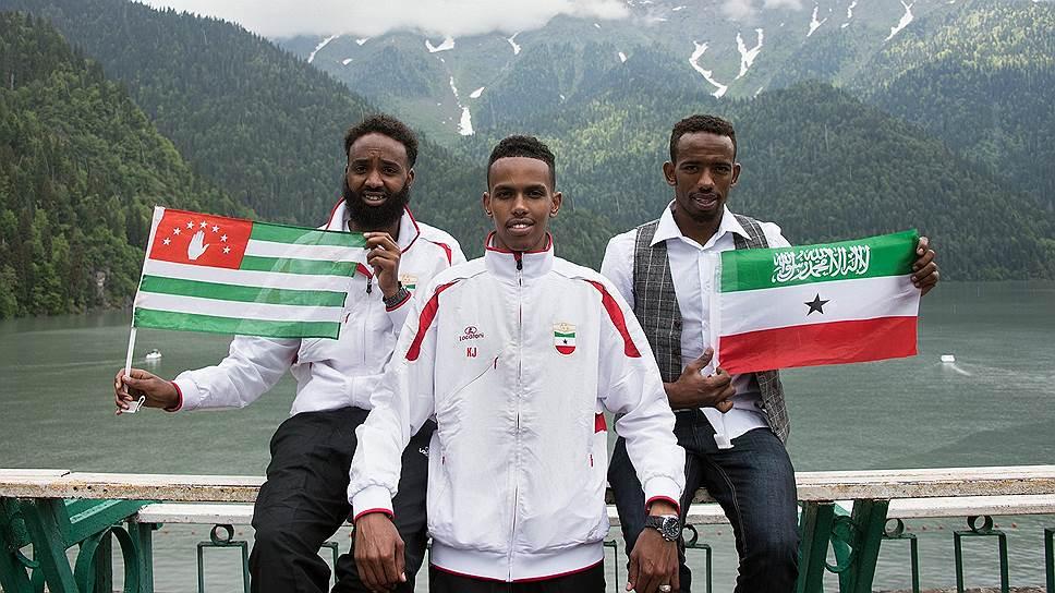Игроки сборной Сомалиленда на озере Рица со своим национальным флагом