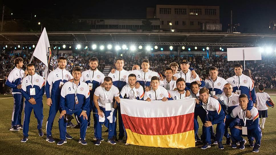Сборная Южной Осетии на стадионе в Степанакерте