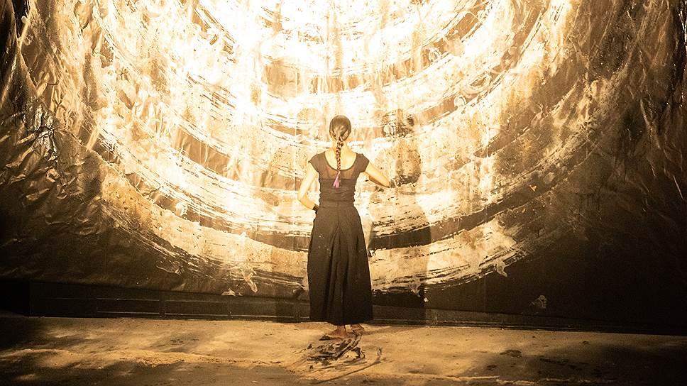 Спектакль Орельена Бори «Пепел» балансирует на грани индийского танца и сакрального ритуала