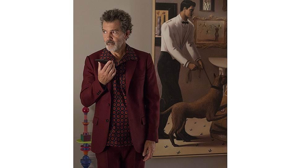 История Альмодовара воплощена на этот раз в образе известного режиссера Сальвадора (Антонио Бандерас, кадр из фильма «Боль и слава», 2019 год)