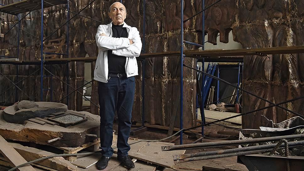 Георгий Франгулян в своей мастерской во время работы над композицией «Стена скорби». 2017 год