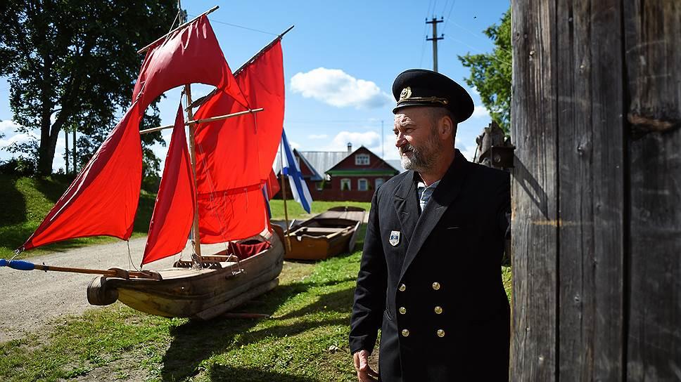Токарев очень любит Александра Грина. Он хотел, чтобы корабль с алыми парусами существовал не только в книге, и создал его