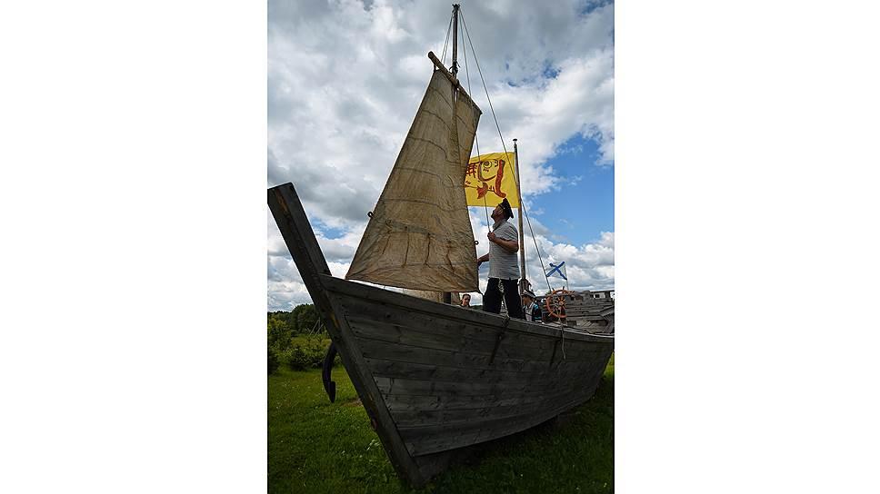 Желтый флаг придумал Сергей. На нем карась с разинутой пастью. Карась на морском сленге означает молодой моряк