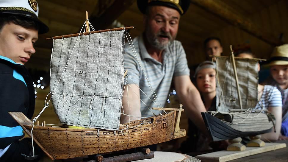 Раньше свои корабли Сергей раздаривал. Теперь собирает для музейных экспозиций