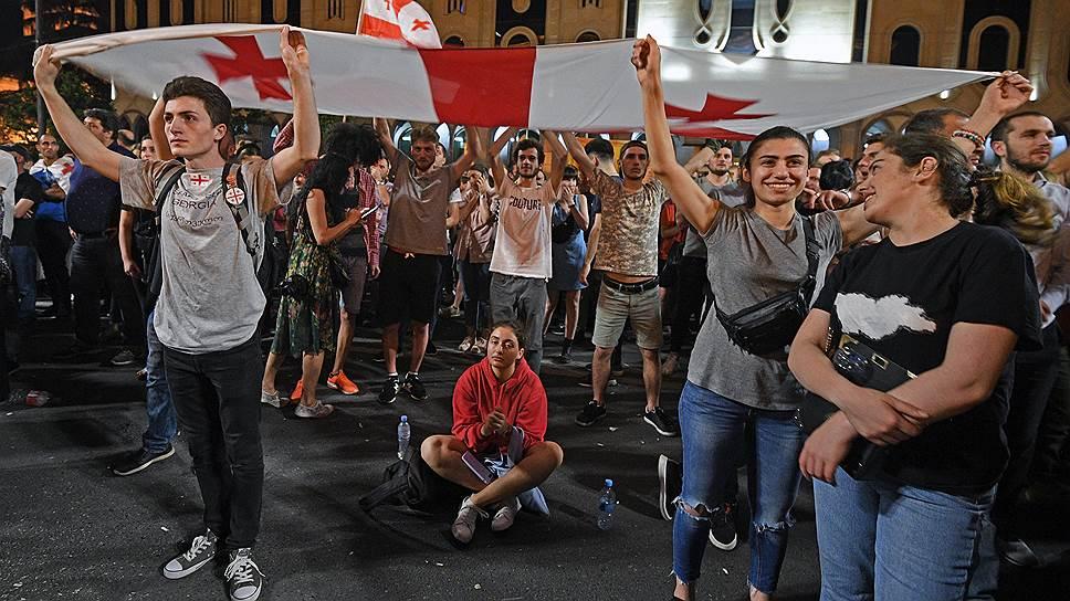 Протесты идут у здания грузинского парламента уже вторую неделю