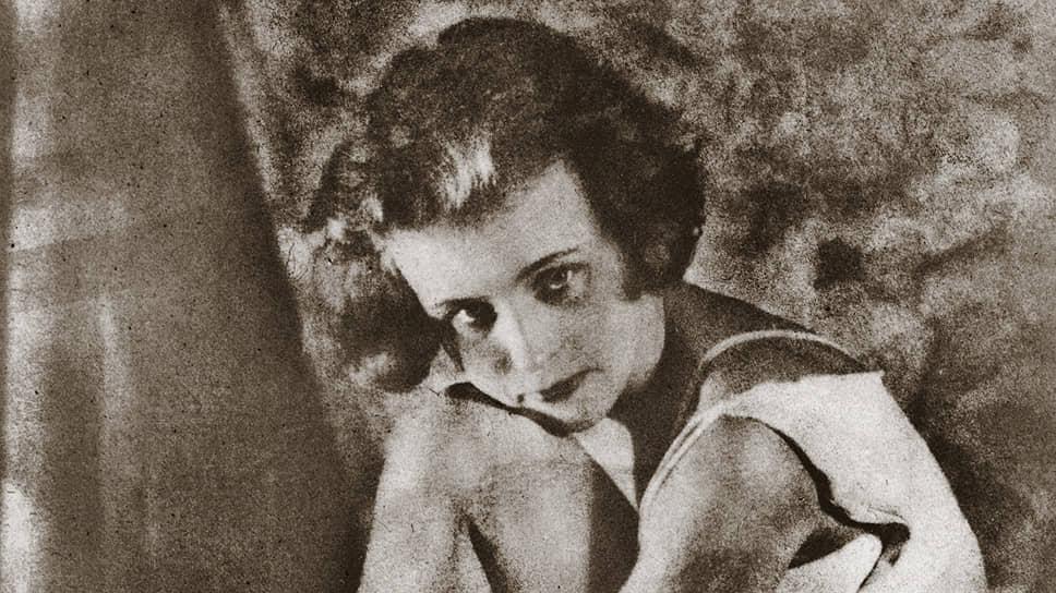 В экспозиции также представлена работа «Сидящая девушка», 1928 год