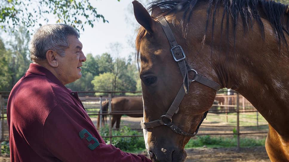 Создатель и владелец конного завода имени комдива П.И. Мощалкова Павел Мощалков с жеребцом донской породы по кличке Гена