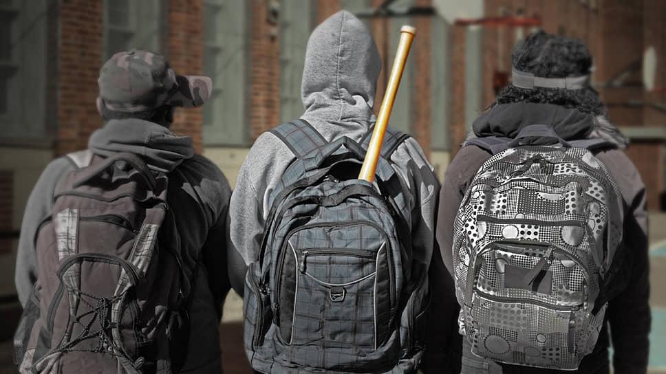 Бита в заплечном рюкзаке — как новый символ «дворовой культуры». Как правило, подростки совершают нападения в группах
