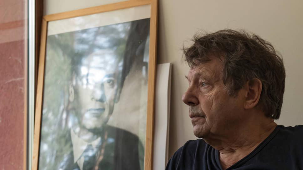 Единственный предмет в рабочем кабинете Александра Белавина, по которому можно угадать его научную специальность, — портрет Льва Ландау