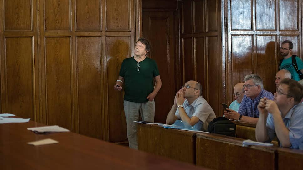 Александр Белавин (слева) во время лекции
