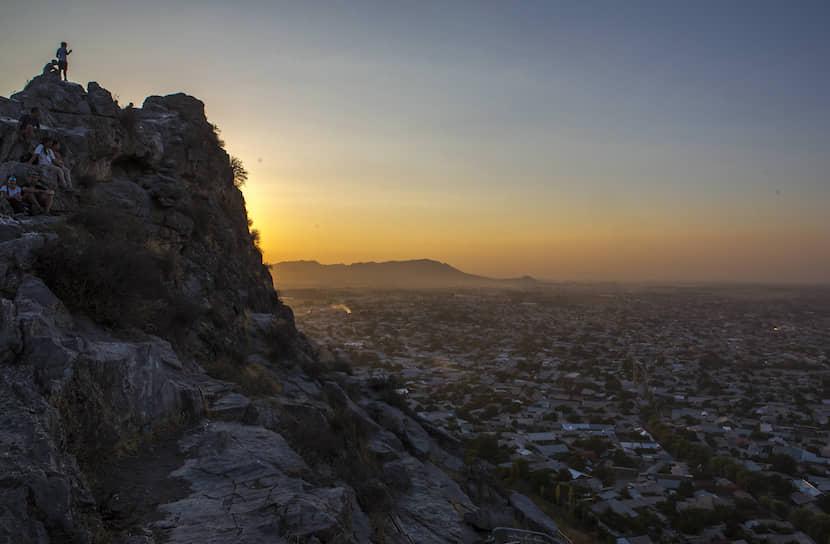 Вид на город Ош со священной горы Сулейман-Тоо. Сюда спортсмены приходят прощаться с Памиром. «Здесь гора отпускает нас»,— говорят они