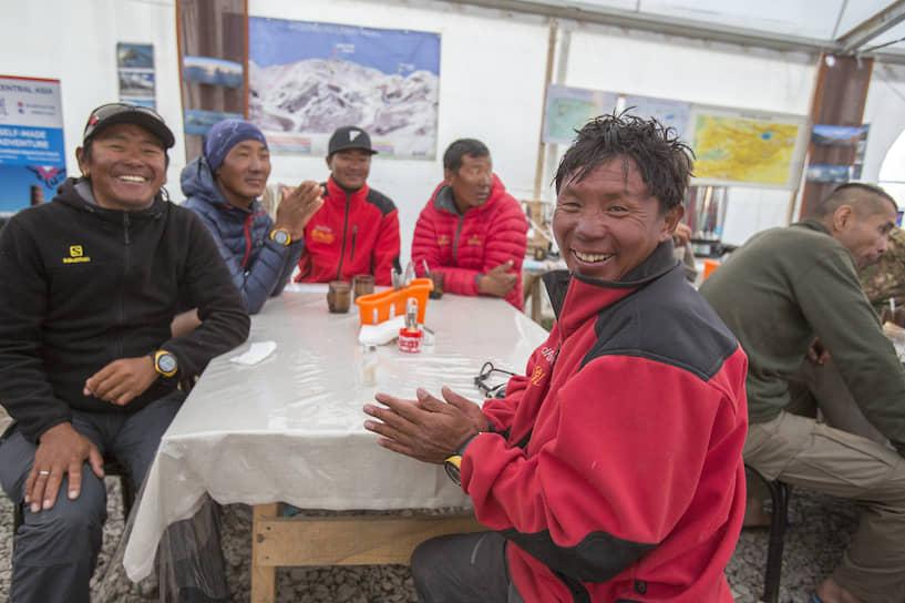 Непальские шерпы работают и гидами, и переносчиками грузов в высотные лагеря