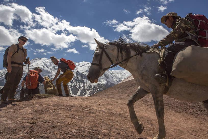 Это перевал Путешественников на высоте 4150 метров. Отсюда альпинисты впервые видят пик Ленина
