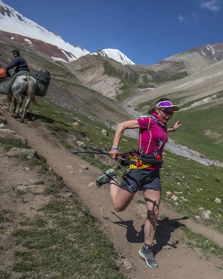 За неделю до гонки на вершину проходит подготовительный 24-километровый марафон. Спортсмены бегут из базового лагеря до первого и обратно. Здесь набор высоты — полтора километра Оксана Стефанишина выиграла и его