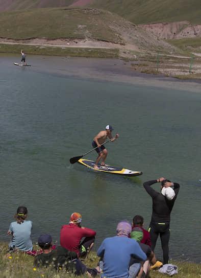 Помимо гонки в этом году ради развлечения были проведены состязания по сапсерфингу